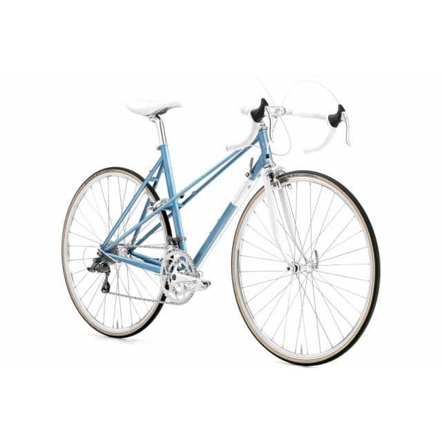 Creme Echo Mixte Solo 28 Zoll Rennrad Sky Blue (2017)Das Echo Mixte Solo besteht aus einem gemufften Stahlrahmen, der hervorragende Fahreigenschaften gewährleistet und einem erfrischenden Retro-Look. Es wird komplettiert durch ein 16 Gänge Schaltwerk von Shimano mit besonders robusten Teilen. Außerdem gibt es kleine Highlights wie die Hochkammerfelgen oder den klassischen Vorbau. Dieses Bike ist optimal für jeden der einmal Radsportluft schnuppern will oder auch nur einfach entspannt du...
