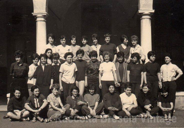 """Cortile dell'Istituto Magistrale """"Veronica Gambara"""" classe I F - anno scol. 1962/63 . Come si può notare dall'abbigliamento diciamo """"casual"""", avevamo appena terminato l'ora di Educazione Fisica che si teneva nella piccola palestra sotto il porticato , buia e scarsamente arieggiata e dove si respirava un perenne odore di scarpe da ginnastica e di tute sudate che al termine della lezione venivano riposte in angusti armadietti. Per le lezioni avevamo invece il grembiule nero, c"""