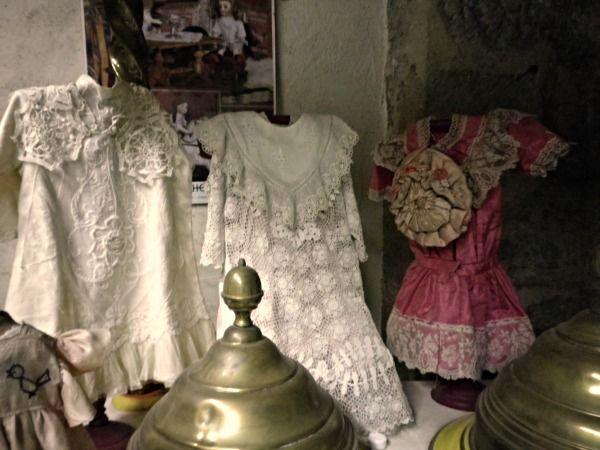 Vestiti molto eleganti in stoffe e pizzi preziosi, spesso anche ricamati erano nel corredo delle bambole antiche.