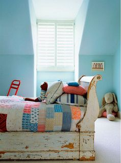 Sleigh bed, colorful quilt and plenty of pillows. Kidsroom #kids #decor