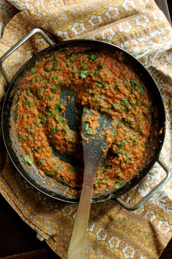 Lentil and spinach curry: 1 cup of red lentils 2 cups of water 1 small onion, chopped 1 clove of garlic, minced 1/2 tsp ginger, grated 2 tbsp of peanut or vegetable oil 2 tsp of your favorite curry powder (I usually use a Garam Masala or Madras curry powder) 2 tbsp tomato paste A couple of handfuls of chopped spinach Salt and pepper to taste