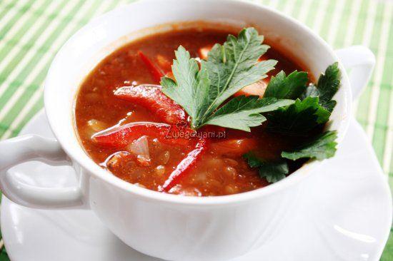 Zupa z soczewicy to zdrowe i sycące danie. Tu w różnych odcieniach czerwieni - z czerwoną soczewicą, papryką, marchewką i pomidorami. Sprawdź nasz przepis!