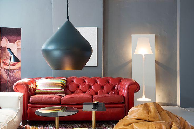 Красный диван, серые стены, необычный торшер   #гостиная #серый #торшер