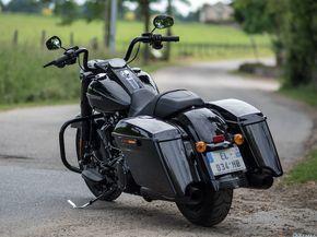 Dernièrement j'ai eu la possibilité pendant 5 jours de rouler en Harley-Davidson Road King Special. C'est lemodèle 2017 avec le moteur Milwaukee Eight 107 que je voulais absolument tester. Quand je l'ai vu la première fois sur internet, je me suis dit que cette moto pourrait faire des belles photos et qu'elle devait être avec son guidon hautsympaà conduire. J'ai récupéré la moto le lundi midi chez Harley-Davidson France au...