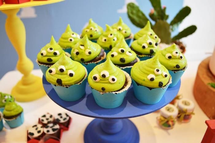 cupcakes de marcianitos con crema verde y ojitos comestibles....de dulce. para la mesa de dulces.