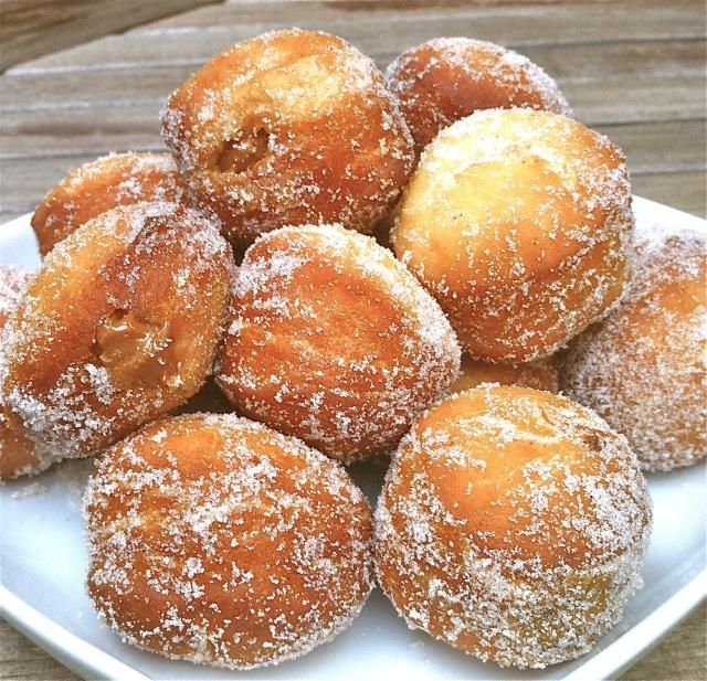 Berlines are small round doughnuts of German origin (krapfen). Popular in Chile, berlines are often filled with dulce de leche (manjar) or pastry cream.