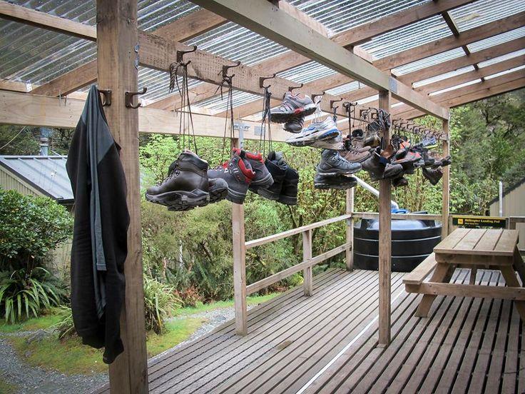 Schoenen hangen te drogen bij de Mintaro Hut, aan de populaire Milford Track, Nieuw-Zeeland (New Zealand)  Via http://einjahrohnewinter.wordpress.com/