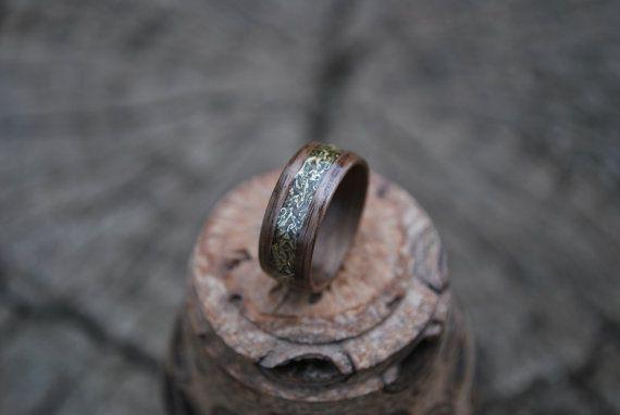 Schwarznuss Bentwood Holz-Ring mit Kupfer-Inlay.  Bits von Kupfer sind in Nussbaum eingelegt. Die Stücke wirken fast wie Gold. Dies würde den perfekten Verlobungsring machen. Sein, ihr. Sie bilden ein perfektes Team.  Handgefertigt mit mehreren Schichten aus Black Walnut Veneer um sich gewickelt. Wir bestreichen Sie die Holz Ringe mit irgendein Wachs nicht, sondern hoch poliert mehrere Schichten von Cyanacrylat-Klebstoff. Alle unsere Holz Ringe werden von Hand geschnitten und fertig mit…