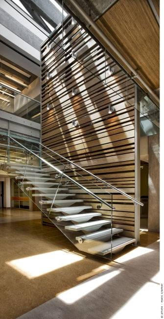 Renovated Faculty of Law at McGill University: interesting play of linear elements