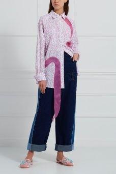 Хлопковая блузка Natasha Zinko. Розовая блузка из коллекции бренда Natasha Zinko выполнена из тонкого хлопка и украшена мелким цветочным принтом. В качестве дополнительного декора выступают розовые ленты, вшитые по переду изделия. Носите эту модель как с джинсами boyfriend, так и с расклешенными юбками.
