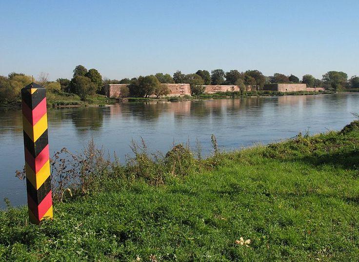 Frontera germano-polaca, con el antiguo fuerte de Küstrin al otro lado del río…