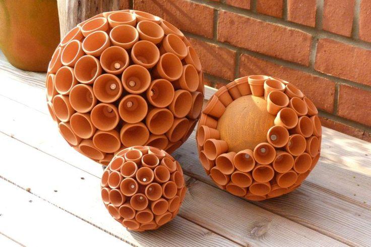 Male zuerst die Styroporkugel in terracotta an. Laß sie einwenig trocknen. Mit den Nägeln setzt du dicht an dicht einen Topf an den anderen.- FERTIG Du kannst den einen oder anderen Topf mit Kleber fixieren.