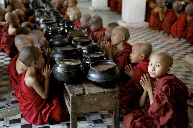 beten für das tägliche mahl von Walter Luttenberger #rangun #Reise #essen #mönche, #kloster #Myanmar