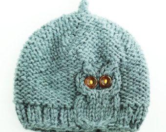 Este gorro de lana grueso muestra un audaz cable knit del buho que se sienta en cuclillas en la muesca del borde. Ojos de botón de ámbar no intermitente.  Suave y elástico, este sombrero de buho es mano de alta calidad, mezcla de lana en crema rosa.  Máquina de colada caliente, tumble dry low  - - - - - - - - Tamaño carta - por favor, seleccione tamaño basado en la circunferencia de la cabeza. - - - - - - - -  Extra pequeño - (cabeza de circunferencia aprox. 18- 20, ca.45.5-51 cm) por lo…