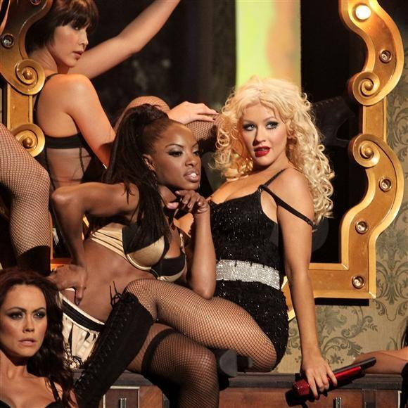 """Además en 2010 Christina Aguilera debutó como actriz en la película """"Burlesque"""" y aprovechó el escenario de los American Music Awards de ese mismo año para interpretar la canción homónima. ¡Una explosión de sensualidad!"""