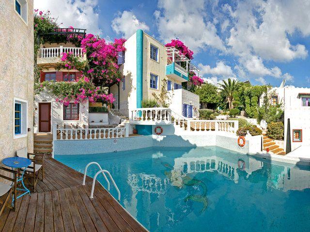 Das Art Hotel Korifi Suites hat einen ganz besonderen Charme. Mitten in der verwinkelten Altstadt Piskopianos, auf Kreta, liegt das beliebte 3 Sterne-Hotel. Durch die Lage am Berg genießt man einen atemberaubenden Ausblick.