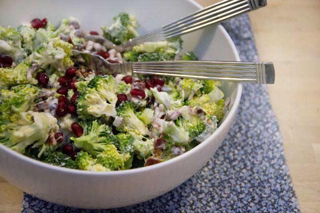 En broccolisalat som smager fantastisk som tilbehør til mange retter eller et helt måltid bare i sig selv - få den skønne opskrift her