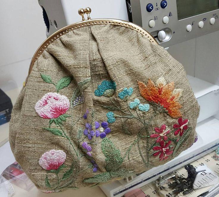 Clutch terminada pela aluna Jane Peralta... #patchwork #bordado #handmade #broderiefrance #amobordar #decoracao #embroidery #quilt #quiltingfabric #clutch #carteirasfemininas
