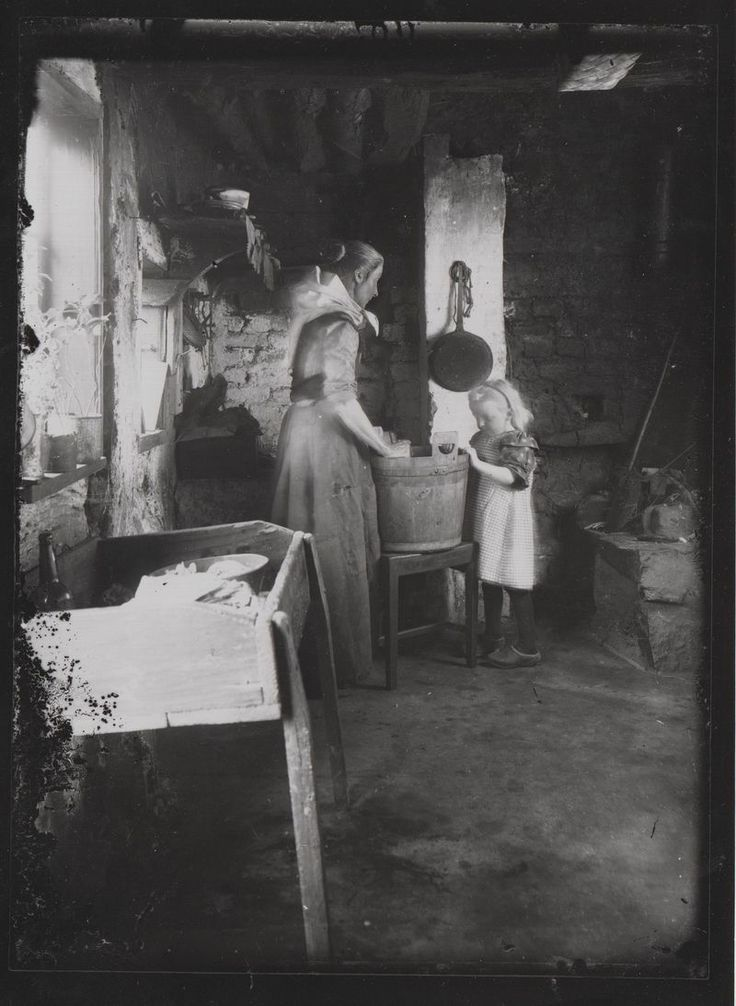 Mother and daughter at work in the utility o 1900. Photo Valdemar Myhre. Byforeningen Svaneke Friends.