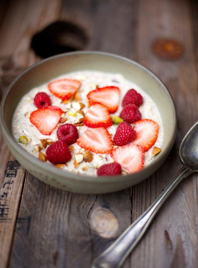 AVENA CON YOGUR, FRUTAS Y FRUTOS SECOS (Oatmeal porridge with almonds, vanilla, strawberries and dates) #RecetasParaDesayunar