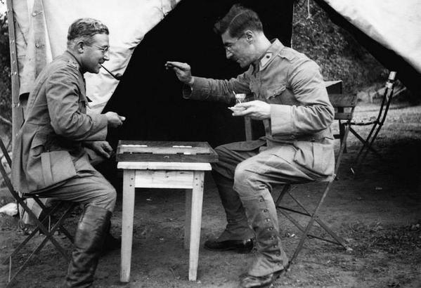 Sabahattin Ali askerlik görevinde istirahat sırasında tavla oynarken Büyükdere, (1940'lar)