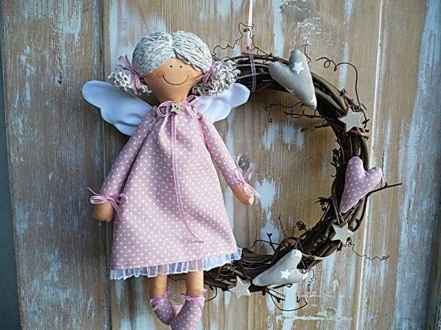 Věneček s andělíčkem v růžové Věneček má průměr 25cm.Je vhodný jako dekorace do domu i na ven. Barevnost můžu upravit dle vašeho přání,neváhejte mi napsat.