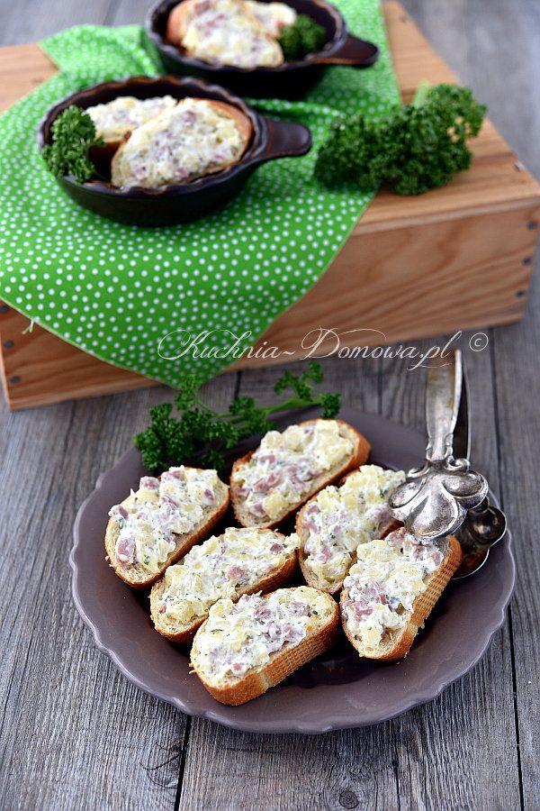 Kleine leckere Toasts mit Frischkäse und Stückchen von Schinken und Ananas. Schnelle, einfache und vor allem leckere Vorspeise. Man kann...