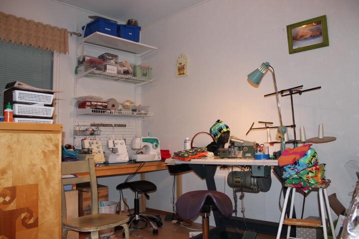 työhuone, tässä lähinnä ompelunurkkaus, montakohan ompelukonetta mulla onkaan????