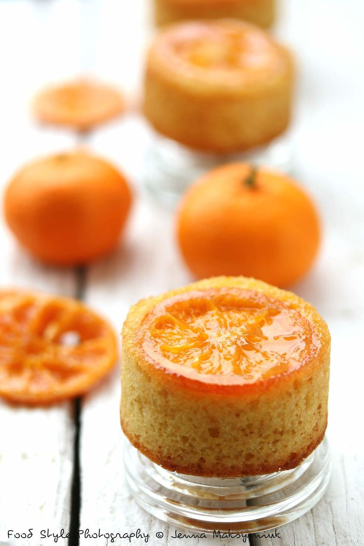 Mini cake renversé aux mandarines caramélisées Ingrédients: (pour 8 mini cakes) 5 petites mandarines bio 50 g de sucre + 30 g 100 g de farine 100 g de beurre mou 2 œufs 4 c.à.soupe de sirop de mandarines 2 c.à.café de levure chimique Lavez les mandarines....
