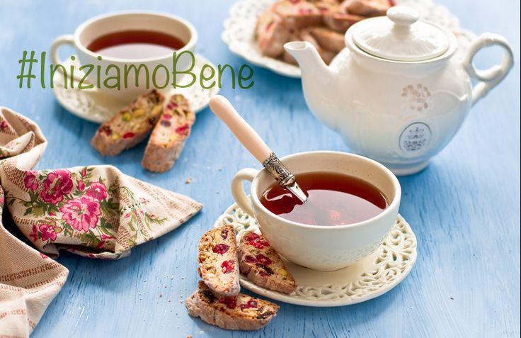 Oggi ci sentiamo un po'#british e un po'#romantici: #iniziamoBene con una #tazza di #tè fumante e #cantucci con #pistacchi e #ciliegie.