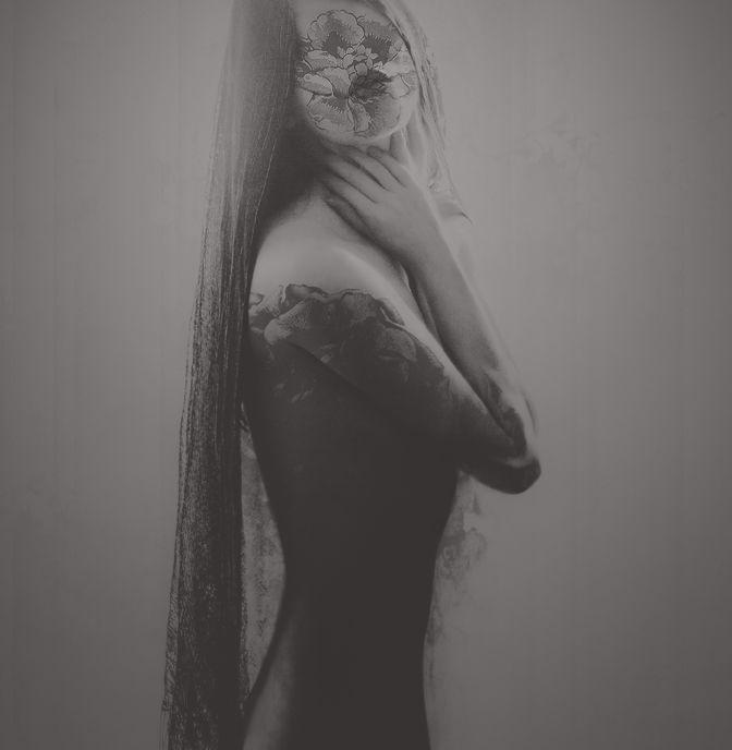 Leslie Ann O'Dell é uma artista visual autodidata, que é mais conhecida pela fotografia de fusão e pintura de peças de mídia mista. Suas obras muitas vezes envolvem híbridos de ser humano com natureza em estilo surrealista, dominados por temas… Continue Reading →