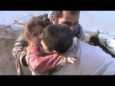 2014 a été l'année la plus meurtrière du conflit syrien et pourtant retrouver sa petite soeur sortie vivante des décombres a fait pleurer de joie un jeune garçon...