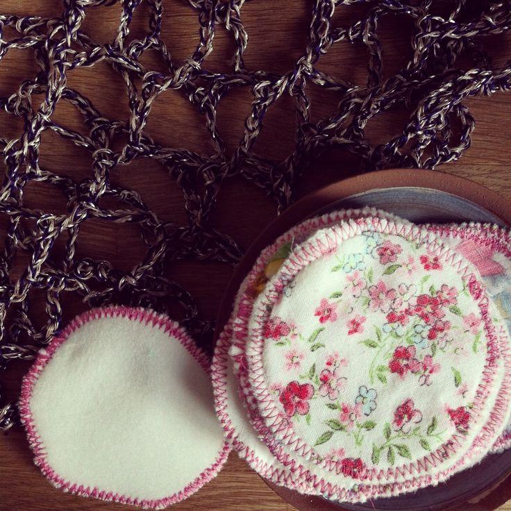 DIY : Lingettes démaquillantes réutilisables et petit filet au crochet pour les passer au lave-linge.