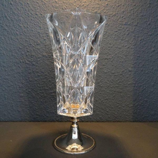 Geslepen kristallen vaas op verzilverde voet met parelrand