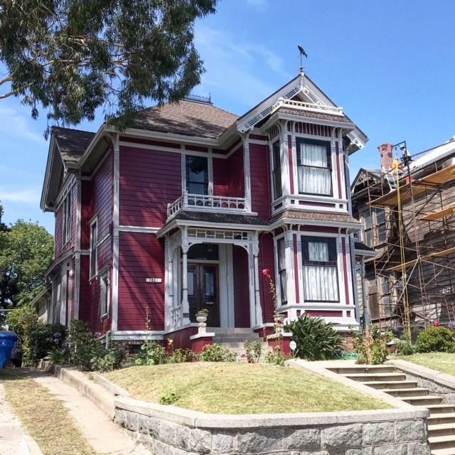 The Filming Location Used For Charmed Is Halfway Between Hollywood And Downtown Los Angeles In Angeleno Victorian Homes Filming Locations Downtown Los Angeles
