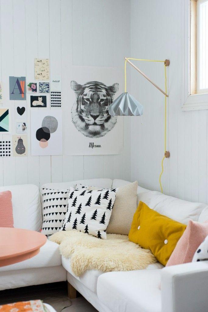 sofa déco norvège, coussin impression sapin et triangles noir et blanc