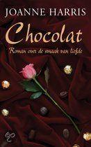 een ongehuwde moeder met kind strijkt neer in een Frans plaatsje om een chique chocoladewinkeltje te beginnen, wat door de plaatselijke priester echter streng wordt afgekeurd
