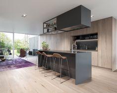 Modernt kök med sittplatser vid köksön. Vistaberg, Huddinge