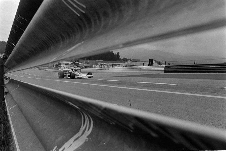 Erinnerungen an 50 Jahre Formel 1 in Spielberg: Mit Höllentempo bei der Leitplanke vorbei... (Bild: Schaadfoto/WEREK)