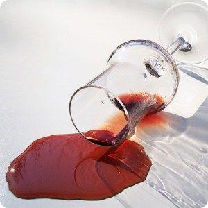 Macchie di vino rosso, un trucco infallibile (e veloce)