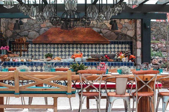 Rosewood San Miguel de Allende ha promovido la idea de tener un innovador espacio gastronómico dentro de un entorno campestre y relajado al aire libre. El nombre es Los Pirules Artisan Kitchen & Garden Bar y viene de la mano del programa insignia de Rosewood A Sense of Taste que invita a sus comensales a adentrarse en una travesía de auténticos sabores y platillos mexicanos cocinados de una manera tradicional. @rosewoodhotels #rosewood #sanmigueldeallende #méxico #restaurante #comida #food…