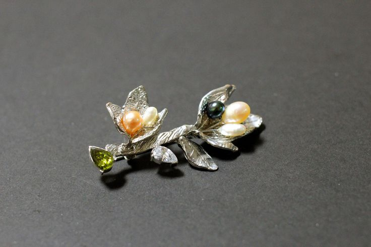 Topic: my heart flower Material: silver, pearl, topaz, transparent gem Method: Wax Carving