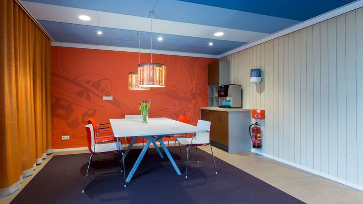 Inrichting Noorderbrug te Groningen. In opdracht van Van Wijnen en naar ontwerp van architect Aat Vos heeft ZWARTWOUD de maatwerk inrichting verzorgd. Noorderburg biedt ondersteuning aan mensen met een lichamelijke handicap op het gebied van wonen, werken en vrije tijd.