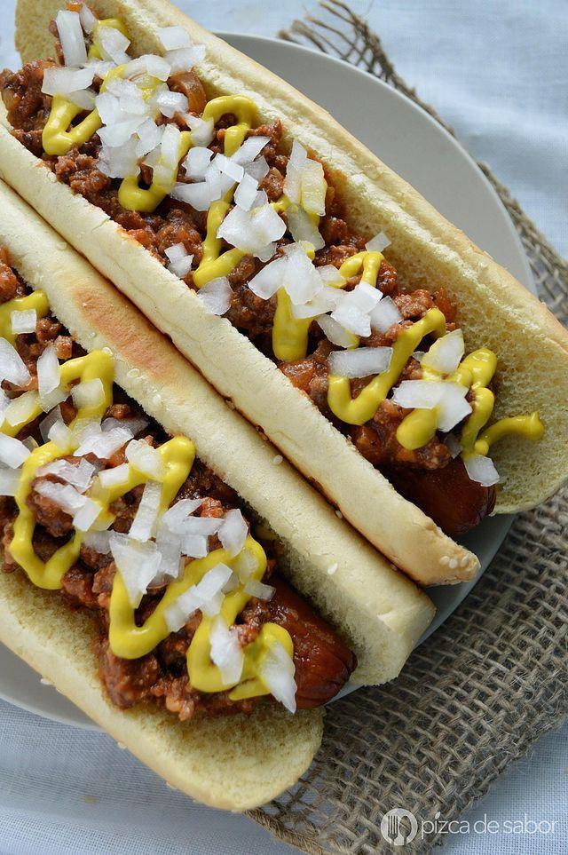 Receta de chili sin frijoles para preparar chili dogs estilo Coney Island. Los hot dogs se cubren con esta deliciosa mezcla de carne molida en una salsa de tomate especiada y se sirven con cebolla picada y mostaza amarilla.