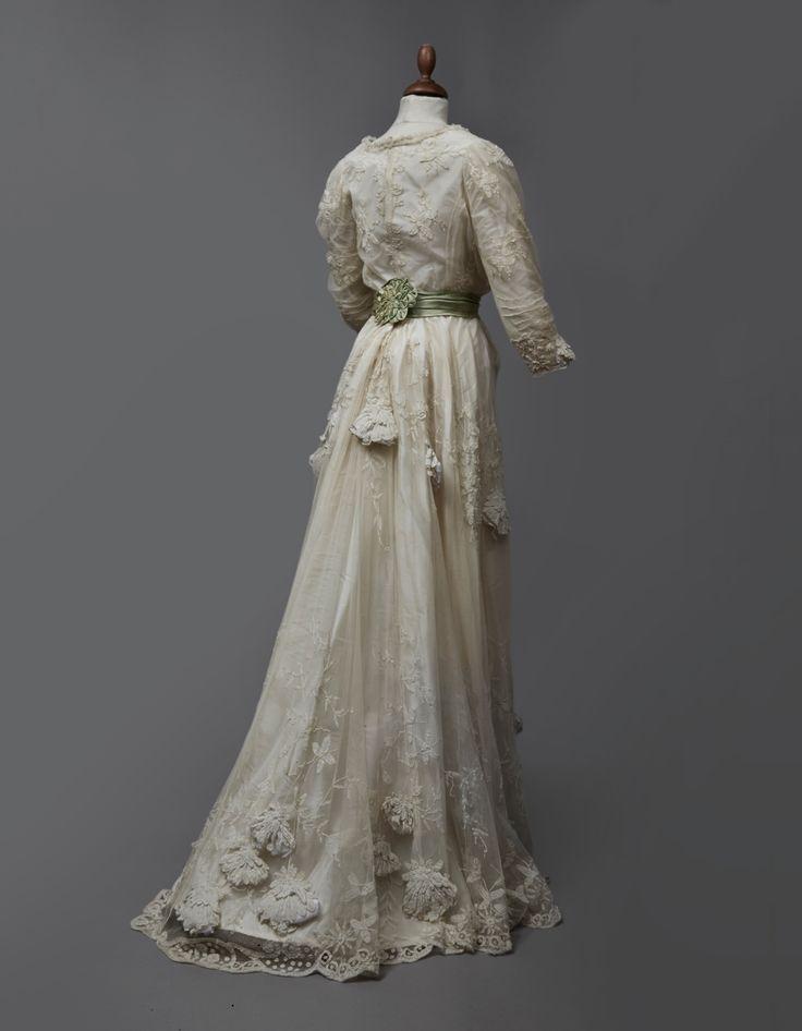 #Robe# pour le vestiaire d'été, tulle de soie champagne appliqué, vers 1900. Vendu 2 250€ le 20 juin 2014