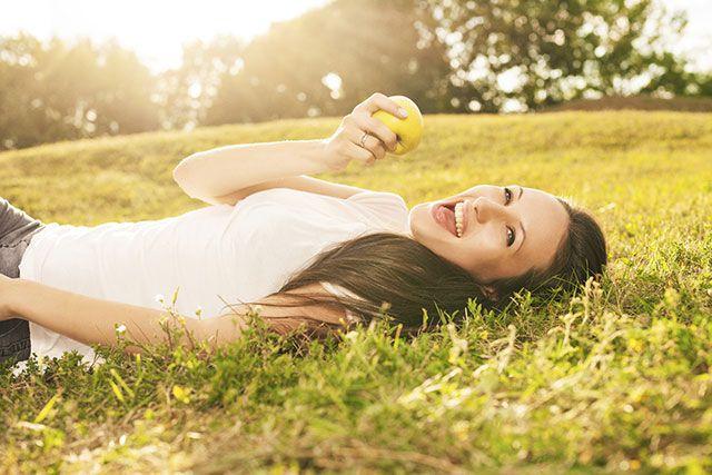 Waarom blijft m'n gewicht er niet af?  Als je een dieet volgt ga je van de ene op de andere dag minder eten. In het begin lijkt het goed te gaan. Je verliest veel kilo's. Helaas is het geen vet, zoals je misschien denkt, maar vocht! Daarna schakelt je ruststofwisseling over naar een lager pitje om zoveel mogelijk energie te sparen.