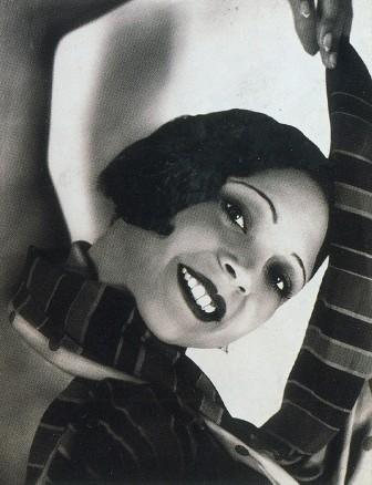 YVA (Eise Neuländer Simon)  (1900-1942)    Ohne Titel  (Die Kreolin Ell'Dura), um 1930  Silbergelatinepapier, 20,9 x 16,2 cm    Yva war wohl die vielseitigste Mode- und Porträtfotografin der Weimarer Republik. In ihrem Atelierstudio entstanden technisch aufwändige Experimente ebenso wie unterhaltsame Illustriertenfotografien. In diesen Kontext gehört die Aufnahme aus einer Serie mit der kreolischen Tänzerin Ell'Dura.