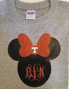 ¡Esta camisa es genial y puede ser hecha por encargo con cualquier monograma! También se pueden personalizar los colores. El arco de brillo se puede hacer en cualquier color con el monograma para emparejar.  Al hacer el pedido, por favor escriba el monograma en este formato (en primer lugar, por último, Oriente Medio), también me dicen el color de fuente y arco.    Tennessee T también puede ser excluido si se solicita.   ¡Se puede hacer como Mickey Mouse con nombre debajo para el muchacho