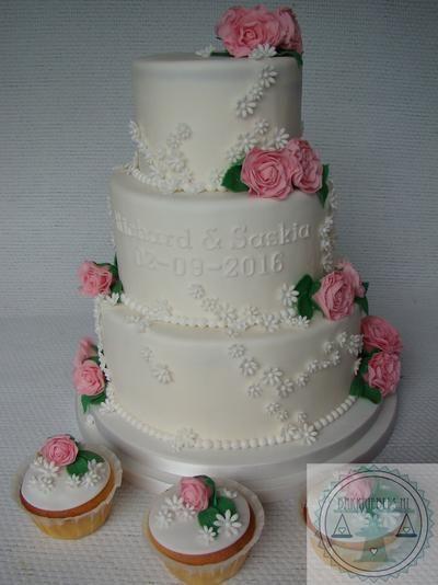Witte Bruidstaart en bruidscupcakes met roze rozen
