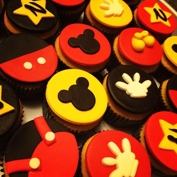 Cupcakes de mickey mouse... Hechos con buttercream y masa fondant de…